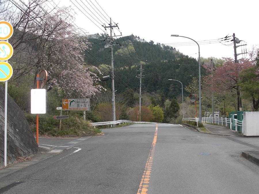 みのりの里看板左折↰(右に上野原中学校あり