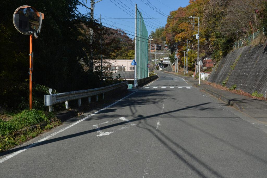 芳ヶ沢バス停を過ぎたところ左折↰(道幅狭いので注意)