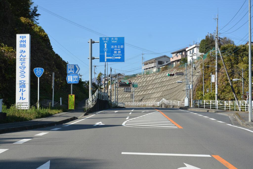 上野原工業団地入口 信号を右折して県道521号へ入る