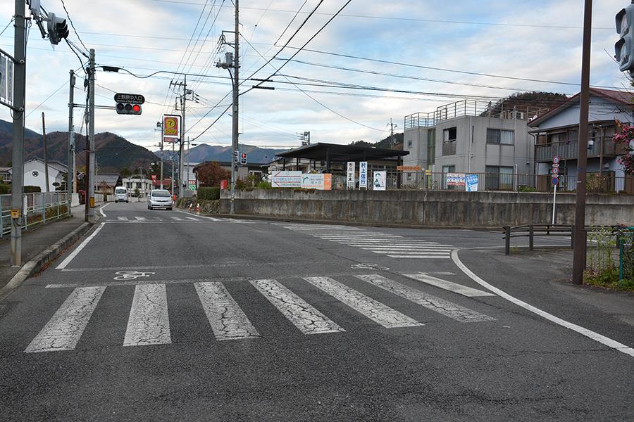 上野原中入口(交差点)信号右折↱